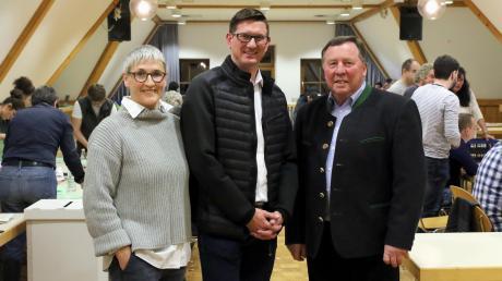 Bürgermeisterin oder Bürgermeister? In Haldenwang werden Doris Egger und Michael Straub in einer Stichwahl erneut gegeneinander antreten. Rechts: Wahlleiter und noch amtierender Bürgermeister Georg Holzinger.