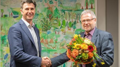 Der amtierende Bürgermeister Edgar Ilg gratulierte dem zukünftigen Bürgermeister Friedrich Bobinger zu seinem Wahlsieg.
