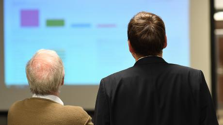 Der alte und der neue Landrat. Hubert Hafner (links) und Hans Reichhart schauen sich am Sonntagabend die Wahlergebnisse an. Ganz Abschied nimmt Hafner aber nicht: Er wird dem künftigen Kreistag als Kreisrat angehören.