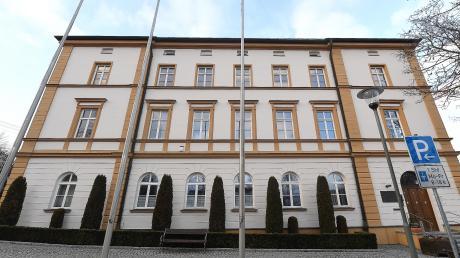 Normalerweise tagt der Stadtrat hier im Burgauer Rathaus. Wegen Corona musste er aber in die Kapuziner-Halle ausweichen.