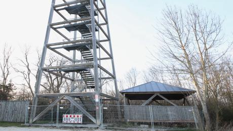 Der Offinger Aussichtsturm ist gesperrt, die Plattform befindet sich daneben. Am Montag diskutierte der Offinger Marktgemeinderat darüber, ob er wieder aufgebaut werden soll oder über eine endgültige Demontage.