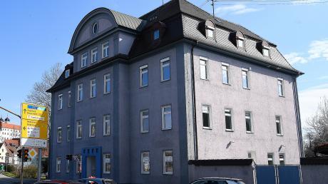 Die ehemalige private Wirtschaftsschule an der Ulmer Straße in Günzburg soll in ein Wohnhaus mit 15 Wohnungen umgebaut werden.