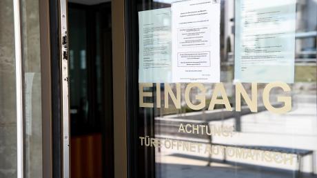 Weiter als durch diese Tür kommt man am Amtsgericht Günzburg in der Regel nicht. Das Gebäude ist für den Publikumsverkehr gesperrt, nur noch dringende Verhandlungen finden statt. Womöglich auch bald wegen Verstößen gegen die Ausgangsbeschränkungen der Staatsregierung.