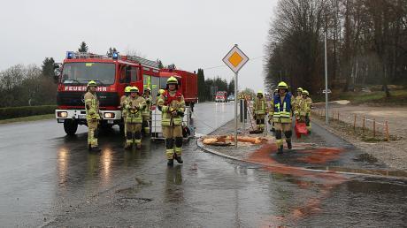 Weil ein unbekanntes Fahrzeug am Samstag eine größere Menge Öl in Ichenhausen verloren hat, musste die Feuerwehr ausrücken.