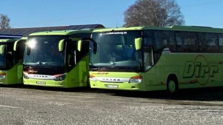 Eine unfreiwillige Standpause legen die Busse der Firma Dirr-Reisen auf dem Betriebshof in Jettingen-Scheppach ein. Das touristische Geschäft und die Schülerbeförderung fallen komplett weg.