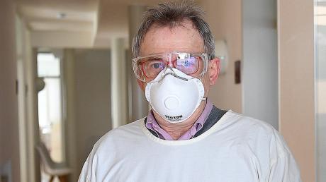Dr. Wolfgang Stolle schützt sich vor Ansteckung bei Corona-Infizierten.
