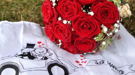 Die Corona-Krise wirft ihre Schatten auch auf Hochzeitspaare. Heiraten wie gewohnt ist derzeit nicht möglich.