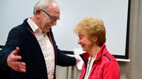 Renate Amschler wurde für 50 Jahre Mitgliedschaft im Kammerchor Burgau geehrt.