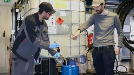 In der Chemiefabrik Karl Bucher wird Isopropanol in diese Zehn-Liter-Fässer gefüllt. Mitarbeiter Martin Sossna (links) und Firmenchef Stefan Bucher sind zu sehen.