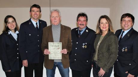 Das Foto zeigt (von links): Simone Baur, Kommandant Martin Müller, Geehrter Richard Wagner, Vorsitzender Peter Remmele, Bürgermeisterin Sandra Dietrich-Kast und Markus Vogeser.