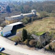 Ein neues Stadtviertel entsteht nördlich des Günzburger Bahnhofs – sowohl auf dem Areal der ehemaligen Lebensmittelfabrik Strehle entlang der Günz sowie auf dem derzeit als Pendlerparkplatz (unten am Bildrand) genutzten Grundstück der ehemaligen Tierzuchthalle.