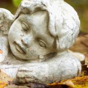 Abschiednehmen und Trauern findet derzeit anders statt als gewohnt. Bei Beerdigungen gelten momentan strenge Regelungen.