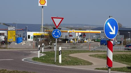 Zwei Jugendliche aus dem Donau-Ries-Kreis und dem Landkreis Günzburg überfielen diese Tankstelle im Rainer Gewerbegebiet an der Bundesstraße 16. Zwei junge Frauen wussten von der Tat und halfen mit. Nun wurden sie alle am Landgericht Augsburg verurteilt.