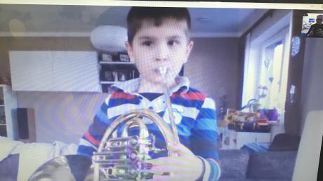 So sieht der Musikunterricht für Klaus Schlander aus. Sein Schüler Sebastian Klaußer spielt seinem Lehrer über Skype auf dem Horn vor.