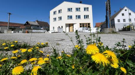 Zu den größten Investitionsmaßnahmen der Gemeinde Jettingen-Scheppach zählt in diesem Jahr die Sanierung des alten Rathauses und der neue Anbau sowie die Gestaltung des Vorplatzes. Die Kassen sind dank sprudelnder Gewerbesteuereinnahmen gut gefüllt. Wäre da nicht die Krise, wären es blühende Zeiten.