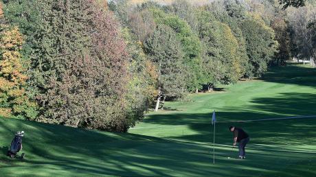 Ein einsamer Golfer übt auf der weitläufigen Anlage des GC Schloss Klingenburg. Ein Ansteckungsrisiko können die Vereinsverantwortlichen hier nicht erkennen. Für ihr Hobby erbitten sie eine Ausnahmeregelung.
