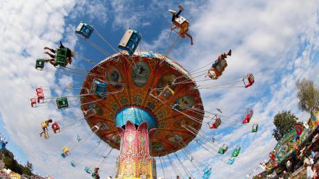 Es war stets eine runde Sache – das Volksfest im Günzburger Auweg. Heuer hätte es vom 7. bis 16. August stattfinden sollen. Doch die 70. Auflage ist nun abgesagt. Eine Komplettabsage gab es nach dem Krieg schon einmal – vor 65 Jahren, als die Kinderlähmung grassierte. 2020 macht das Coronavirus Gästen und Schaustellern dieses Freizeitvergnügen zunichte.