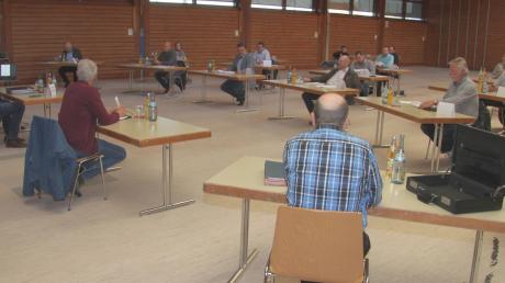 Wegen der Coronavirus-Beschränkungen wurde die letzte Sitzung des Burtenbacher Marktrates in die Mehrzweckhalle verlegt.
