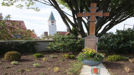 In Rettenbach erinnert ein Soldatengrab daran, was vor 75 Jahren in der Gemeinde geschah. 17 junge Männer verloren am 24. April 1945, kurz vor Ende des Zweiten Weltkriegs, ihr Leben und haben dort nun ihre letzte Ruhe gefunden.