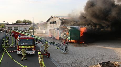 In Waldstetten hat am Freitag eine Lagerhalle gebrannt. Der Schaden liegt bei geschätzten 300000 Euro. Die Ursache ist bislang völlig unklar.