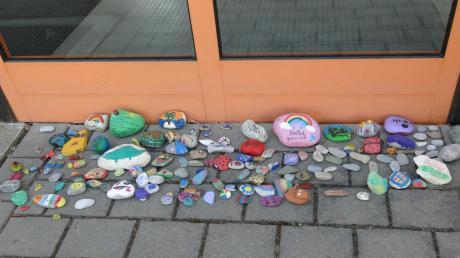 Bunte Steine vor der Tür der Dürrlauinger Grundschule sind ein Zeichen für den Zusammenhalt und gleichzeitig Ermutigung in der Corona-Pandemie, die den Alltag sehr verändert hat.