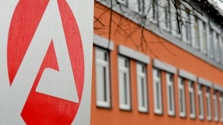 Die Zahl der Arbeitslosen ist im Landkreis Günzburg im April stark gestiegen.