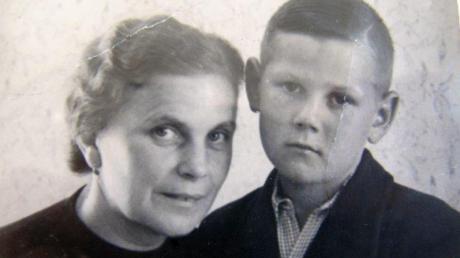 Manfred Krumm mit seiner Mama kurz nach Kriegsende. Sein Vater war durch eine der letzten Granaten in Ettenbeuren getötet worden.