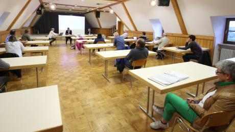 Eine etwas andere Sitzordnung im Bürgersaal in Haldenwang für die letzte Gemeinderatssitzung von Bürgermeister Georg Holzinger.