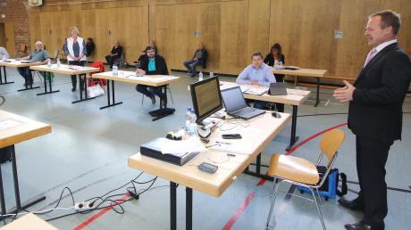 Bürgermeister Thomas Wörz vereidigte in der Offinger Mindelhalle nacheinander die sechs neuen Mitglieder des Marktgemeinderats.
