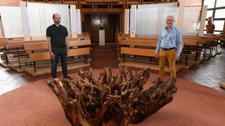 Auch in der evangelischen Christuskirche in Burgau kann Pfarrer Peter Gürth (links) wieder mit Gläubigen Gottesdienste feiern. Im Kirchenraum hat Künstler und Holzgestalter Bernhard Schmid (rechts) aus Rettenbach eine Installation mit neun Holzskulpturen geschaffen.