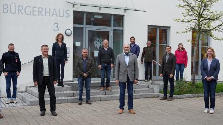 Acht der zwölf Gemeinderatsmitglieder in Bubesheim sind neu. Mit Gerhard Sobczyk (vorne Mitte) steht auch ein neuer Bürgermeister an der Spitze der Kommune. Bei der konstituierenden Sitzung im Bürgerhaus konnten die neuen Abstandsregeln gut eingehalten werden.