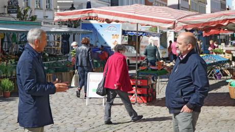 OB Gerhard Jauernig zeigt Athanasios Daloukas, wo die Flächen für Außengastronomie in der Innenstadt vergrößert werden können.