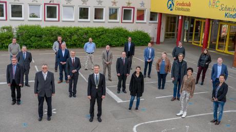 Vor ungewohnter Kulisse ließ sich der Ichenhauser Stadtrat fotografieren. Um den gebührenden Abstand einhalten zu können, fand die Sitzung in der Friedrich-Jahn-Halle statt. Das Foto entstand im Freien vor der Grundschule.