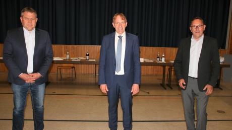 Als Stellvertreter des neuen Bürgermeisters Christoph Böhm (Mitte) wurden Zweiter Bürgermeister Hans Reichhardt von den Freien Wählern (rechts) und Dritter Bürgermeister Josef Seibold von den Jungbürgern gewählt.