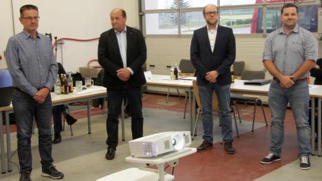 Bei der ersten Sitzung des neuen Marktrates Waldstetten wurden von Bürgermeister Michael Kusch als neue Mitglieder vereidigt (von links): Anton Bergmüller, Markus Katzer, Martin Kling und Thomas Stengelberger.