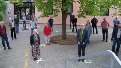 Die Markierungen vor der Grundschule in Bühl sind auch für den Gemeinderat Bibertal eine gute Hilfe, um den nötigen Sicherheitsabstand zu wahren. Bürgermeister Roman Gepperth (vorne Mitte) ist ebenso neu im Amt wie Zweite Bürgermeisterin Carola Pröbstle (vorne links) und Dritter Bürgermeister Andreas Schickling (vorne rechts). Vereidigt wurden auch zehn neue Gemeinderatsmitglieder.