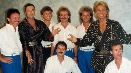 Die ehemalige Kultband White Shadows tourte ab 1987 alle drei Jahre in den USA. Während ihrer elf Besuche trafen sie sechs Mal backstage die deutschstämmigen Magier Siegfried (Zweiter von rechts) & Roy (Zweiter von links) – hier erstmals am 16. August 1993. Links: Helmut Ruder.