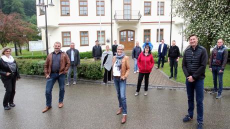 Der neue Gemeinderat von Haldenwang mit Bürgermeisterin Doris Egger (vorne, Mitte) zwischen Zweitem Bürgermeister Michael Straub (rechts) und Drittem Bürgermeister Martin Erber (links).