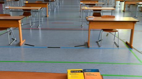 Der Abstand ist in der Turnhalle gewahrt, die Nachschlagewerke liegen bereit: Am heutigen Mittwoch schreiben auch die 29 Schülerinnen am Maria-Ward-Gymnasium in Günzburg ihre Abiturprüfungen im Fach Deutsch.