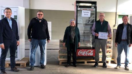 Tortellini-Hersteller Roberto Mattiazzi (Vierter von links) mit dem Spendenscheck inmitten des Ichenhauser Organisationsteams.
