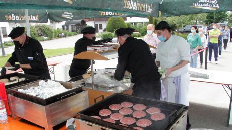 Als besondere Belohnung für die hohen Arbeitsbelastungen ihrer Mitarbeiter während der Corona-Krise hat die Reha-Fachklinik Ichenhausen eine originelle Burger-Grillaktion veranstaltet.