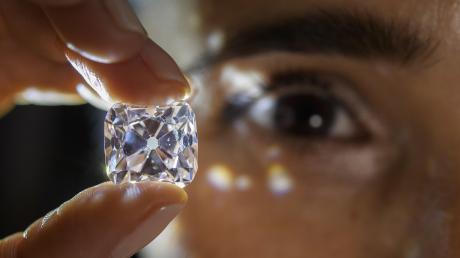 """Um einen solchen """"Hochkaräter"""" handelt es sich natürlich nicht im Prozess vor dem Augsburger Amtsgericht. Das Bild zeigt den legendären 19,07-Karat-Diamanten """"Le Grand Mazarin"""", der im November 2017 versteigert wurde. Der Angeklagte aus dem Landkreis Günzburg schmuggelte Rohdiamanten."""