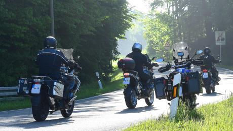 Seit zwei Jahren gibt es die Sperrung des Mickhauser Bergs im Landkreis Augsburg für Motorräder in der Zeit von Freitag 18 Uhr bis Sonntag 22 Uhr sowie an Feiertagen. Nach dem Willen des Bundesrats soll es in Zukunft überall in Deutschland ein generelles Fahrverbot an diesen Tagen für Motorradfahrer geben.