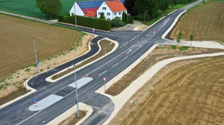 Hier wird das ganze Ausmaß des 490000 Euro teuren Ausbaus östlich von Deubach deutlich: Der Kreuzungsbereich an der Abzweigung nach Ebersbach wurde aufgeweitet, eine Abbiegespur mit Querungshilfe eingebaut und Radfahrer sicher auf den asphaltierten Feldweg nach Wettenhausen abgeleitet.