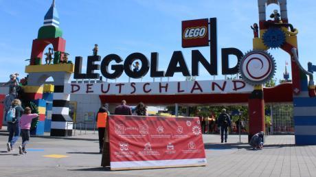 Heute ist das Legoland in Günzburg mit zwei Monaten Verspätung in die Sommersaison gestartet. Vor dem Eingang weist ein Schild die Besucher auf die Regeln hin.