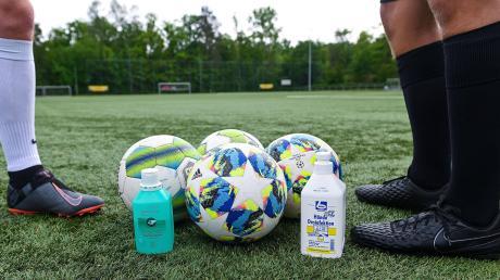 """""""Bälle werden möglichst vor der Trainingseinheit desinfiziert"""" steht im Corona-Leitfaden des BFV. Es ist nur eine von vielen Regeln, an die sich Fußballer gewöhnen müssen – sofern sie es überhaupt können."""