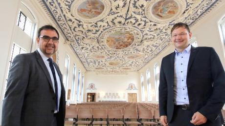 Staatssekretär Klaus Holetschek (links) und Günzburgs Landrat Hans Reichhart im Kaisersaal des Klosters Wettenhausen, der mit einem zweiten Rettungsweg von den bevorstehenden Arbeiten profitiert.