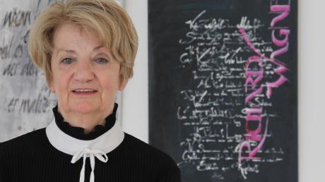 Barbara Quintus, Dozentin für klassische und freie Schriftgestaltung, stellt im Schulmuseum mit Studentinnen der Meisterschule für Holzbildhauer kalligrafische Werke aus.