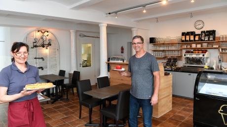 """Michael und Manuela Weiser haben einen ehemaligen Stall aus dem Jahr 1906 restauriert. Hier haben sie das neue """"Café Nesthocker"""" eingerichtet."""