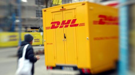 Ein ehemaliger Mitarbeiter der DHL fing über mehrere Wochen Pakete ab und schickte deren Inhalt an sich selbst. Vor Gericht zeigte er Reue und entschuldigte sich.